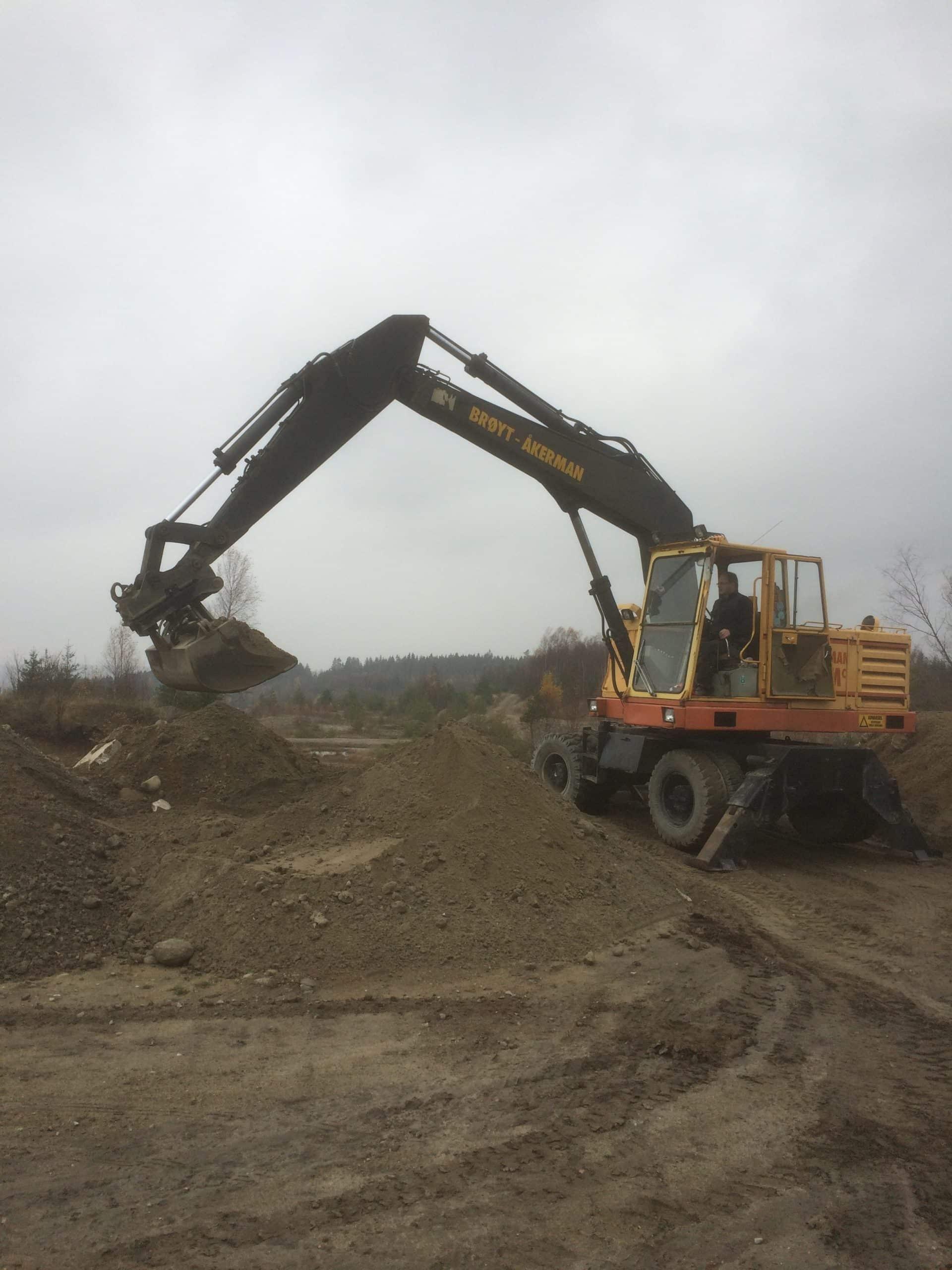 Bilde av mann i gravemaskin som planerer ut - Kent Gravern - Graving i Sarpsborg